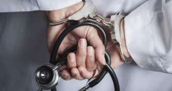 При каких условиях врачебная ошибка приводит к уголовной ответственности?